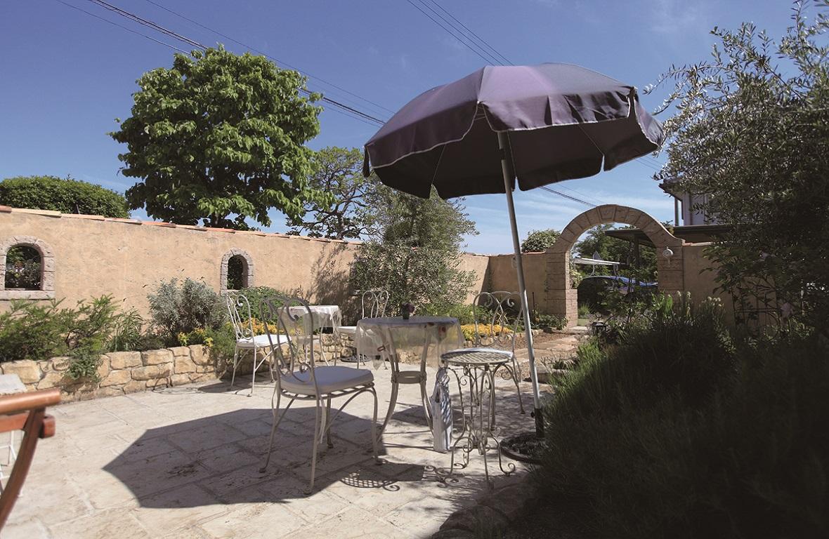 プロバンス風の庭と家〜ガーデンリフォームで素敵な庭に